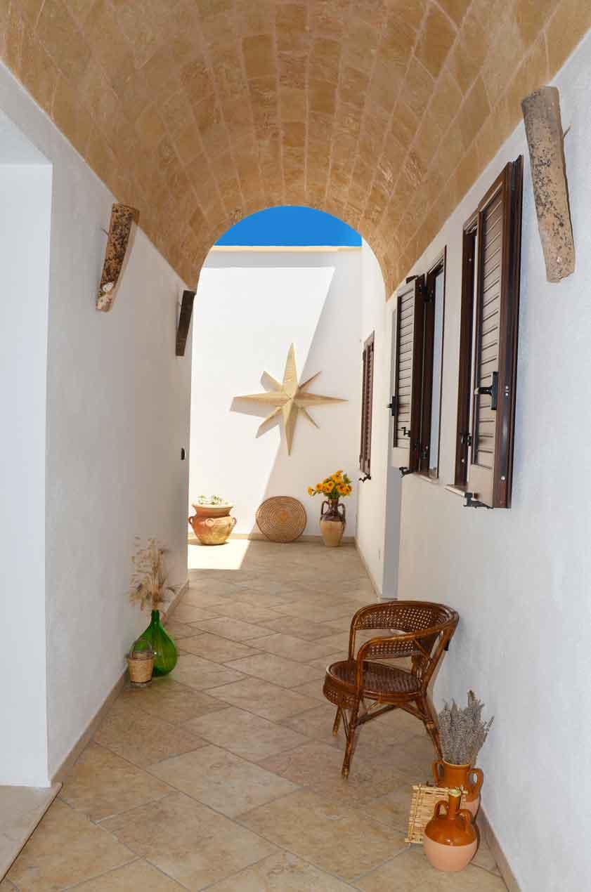 B&b Anemos a Morciano di Leuca, nel Salento, con portico in stile leccese, che porta alle camere doppie quadruple