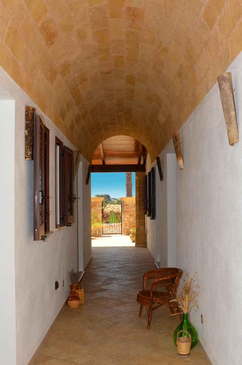 Il portico, rivolto verso l'ingresso principale, guarda una magnifica distesa di terra rossa
